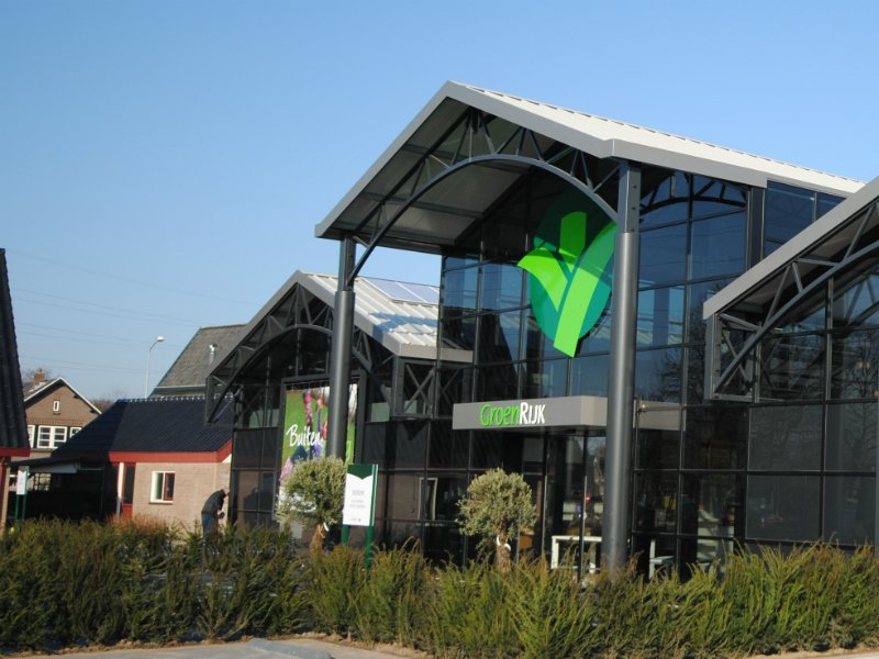 Widespan roof system at garden centre